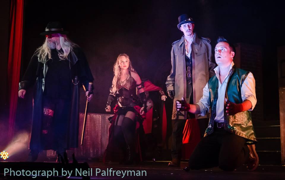 Ein minimales Bühnenbild und ausgefallene Kostüme sind das Markenzeichen der Steampunk-Musicals von Clive Nolan.