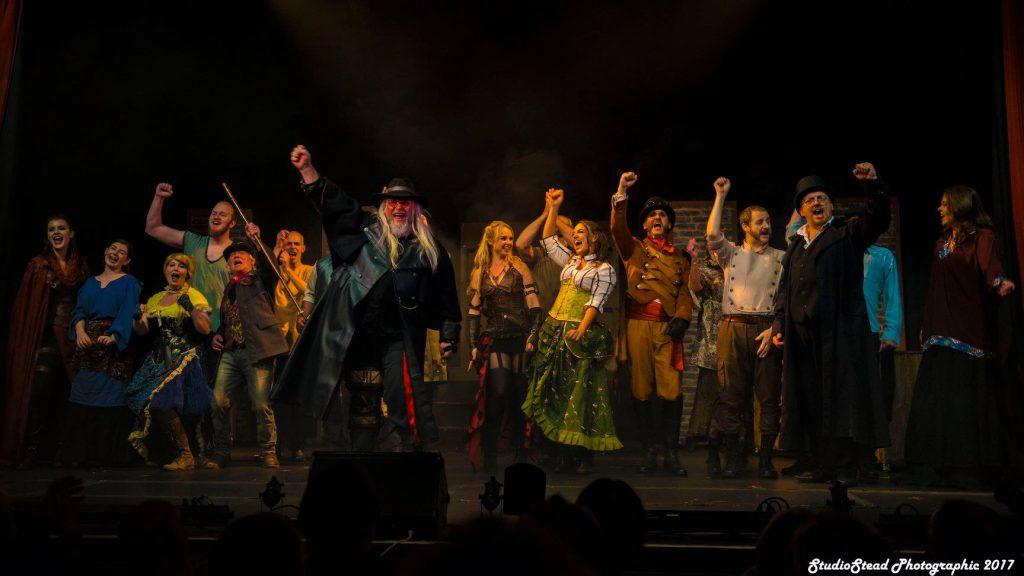"""Clive Nolan mit der Caamora Theatre Company bei der Premiere von """"King's Ransom"""". Foto: Graham Stead"""