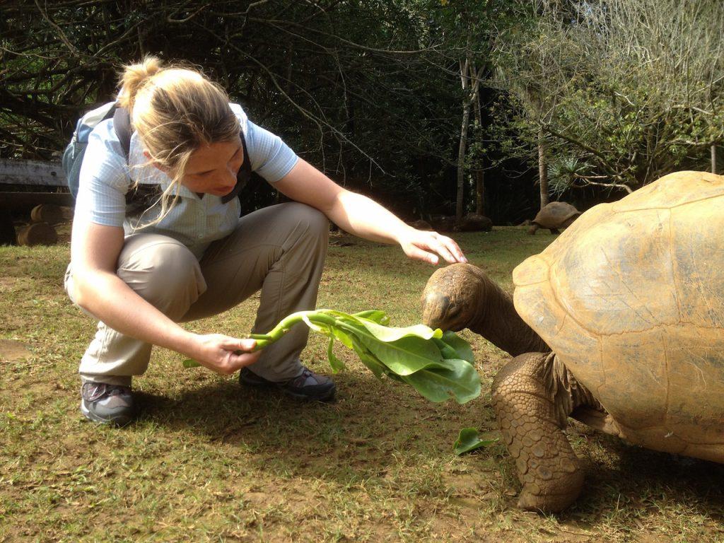 Christine Piontek mit Riesenschildkröte