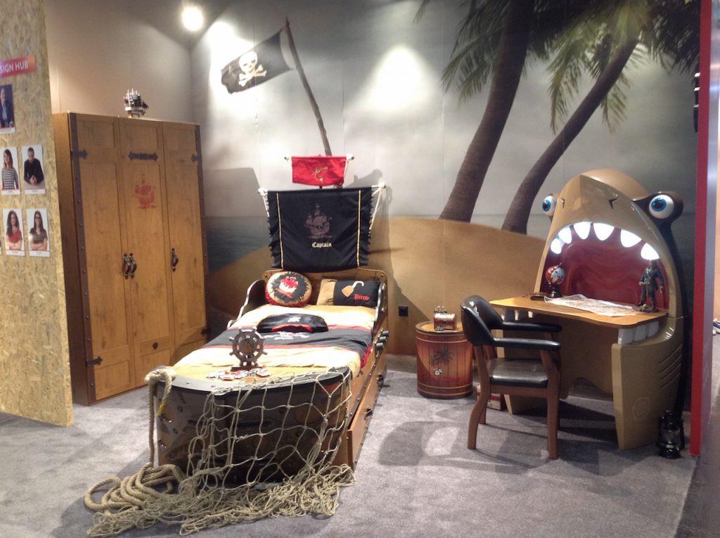 Kinderzimmer mit Piratenthema und Haischreibtisch von Cilek