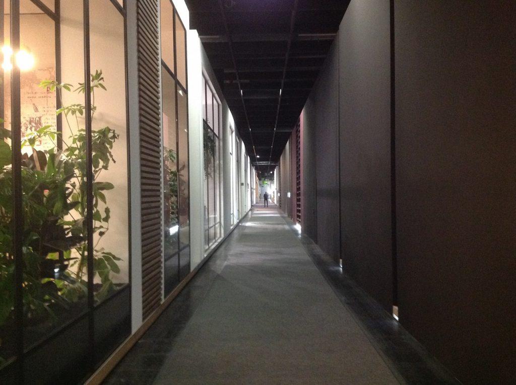 imm cologne 2018: leerer Gang mit hohen Wänden