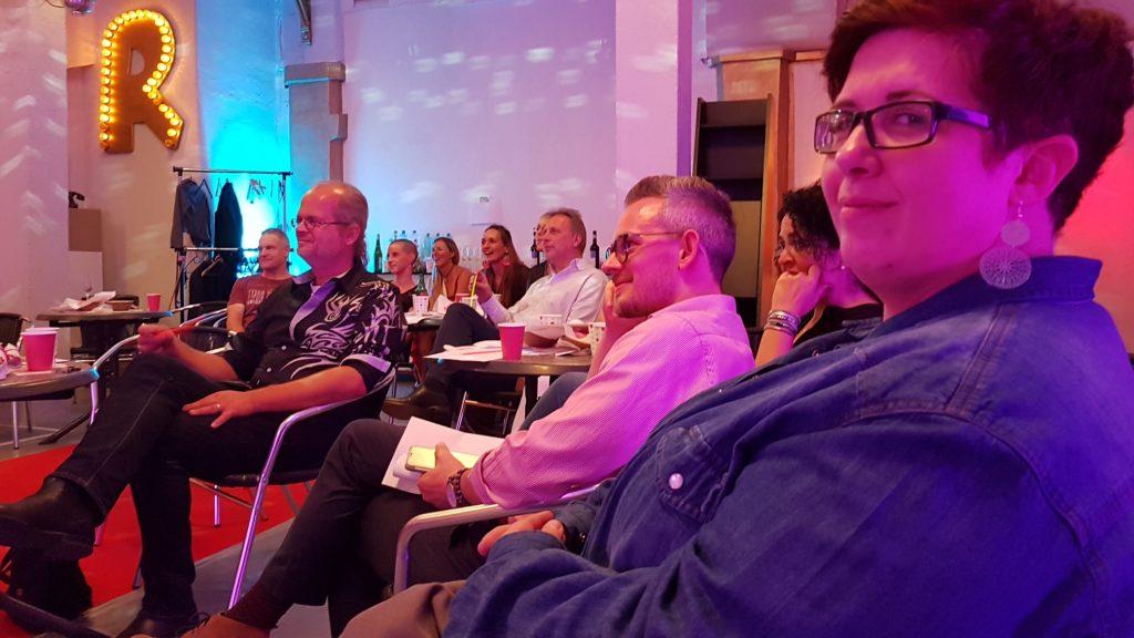 Abschlussfeier SOAOGS 2018: Alle hören gespannt zu Christine Piontek Blog Text Storytelling