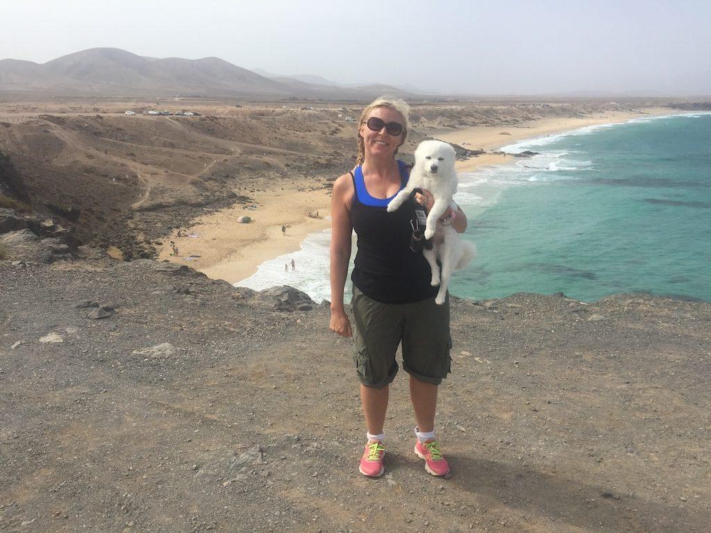 Gesangslehrering Fawn Arnold mit ihrem Hund Slash im Blog von Christine Piontek Online-Gesangsschule Text Storytelling