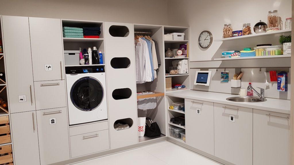 Für den Hauswirtschaftsraum zeigen Küchenhersteller auf der LivingKitchen 2019 passende Schrank- und Stauraumlösungen bereit. So ist in der Küche mehr Platz für wohnliche Eleganz.