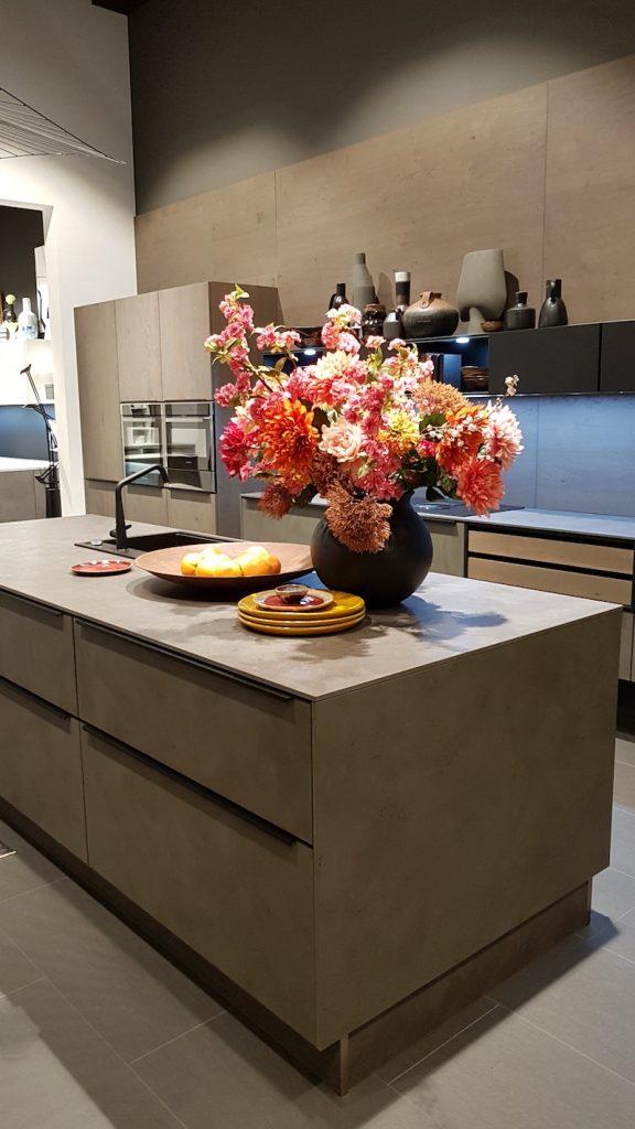 Grau in allen Schattierungen gehört auch in der Küche zu den Trendfarben. Zement als eines der angesagten Materialien bei der Oberflächengestaltung passt hier perfekt.