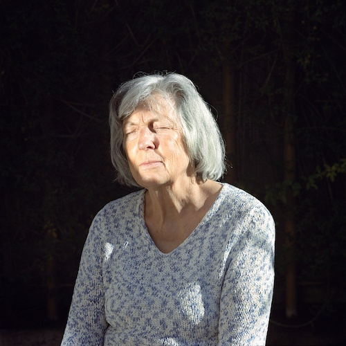 """Birthe Piontek: Abendlied, """"Bright"""" - Für dieses Foto hielt ich einen Spiegel, der das Gesicht meiner Mutter erhellte."""