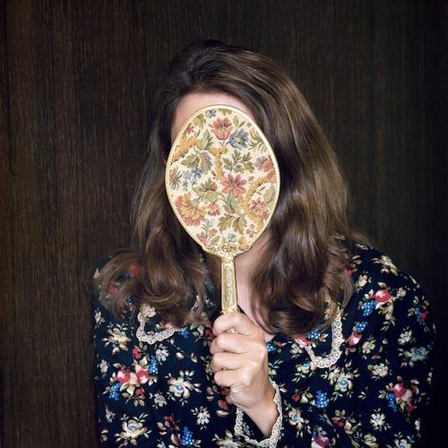 """Birthe Piontek: Abendlied, """"Mirror"""" - Ich halte mir den alten Frisierspiegel meiner Mutter vors Gesicht, eine liebgewonnene Deko aus dem Schlafzimmer meiner Eltern."""