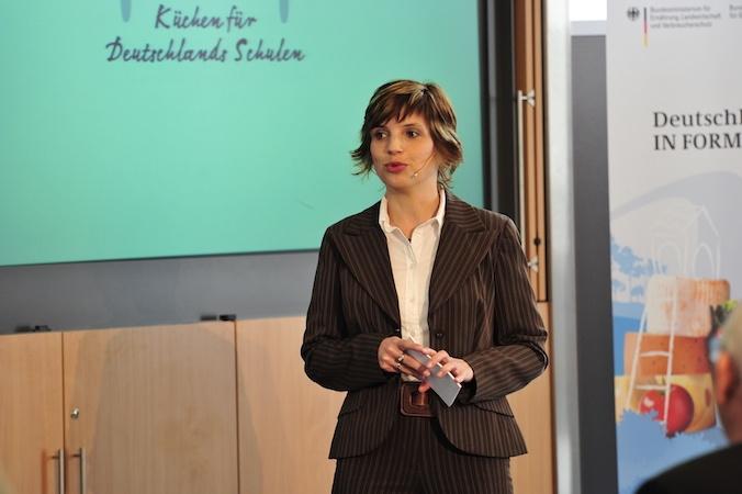 """12 Jahre Nolte Küchen, Best of: Christine Piontek bei der Moderation der Siegerehrung von """"Küchen für Deutschlands Schulen"""" im Jahr 2011."""