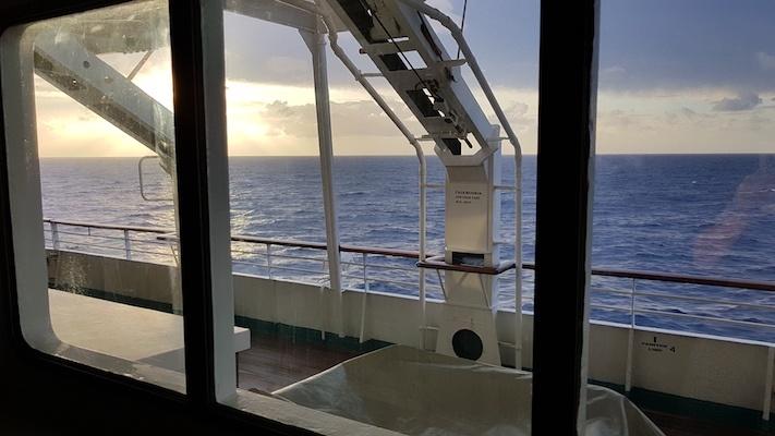 Vom Sofa vor unserem Kabinenfenster hatte man einen schönen Blick aufs Meer und das Promenadendeck. Der Schwank aus meinem Leben nimmt seinen Lauf.