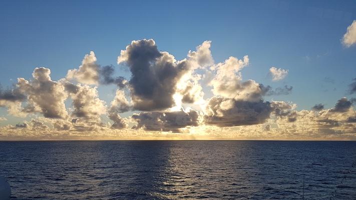 Sonnenuntergang über dem Atlantik. Das Meer hat sich beruhigt... vorläufig.