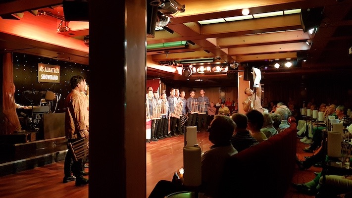 Bei der Crewshow wurden auch traditionelle Instrumente gespielt. Das Angklung ist jeweils auf eine bestimmte Note bzw. einen Akkord gestimmt.