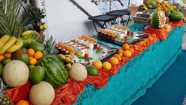 Versüßten uns das Leben an Bord: Desserts und Obst beim Büfett an Deck der MS Albatros