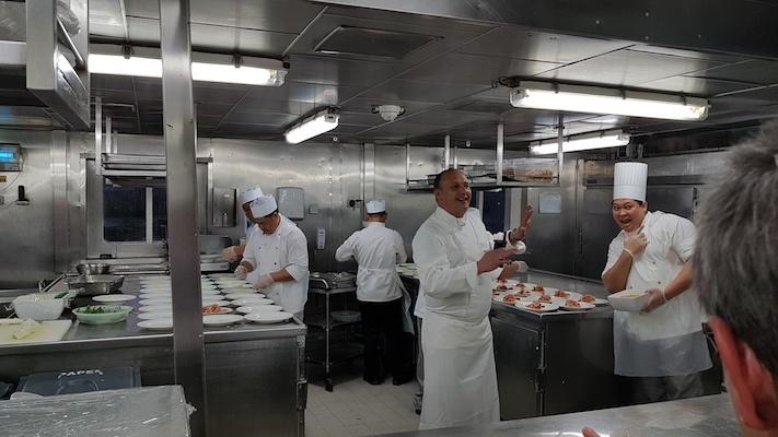 """Die Küchenbesichtigung: Der Küchenchef (Mitte) und einer seiner Souschefs (rechts), der als """"Omelette-Man"""" in die Geschichte eingehen wird. Beim Frühstück draußen auf Deck war er nämlich für die Eierspeisen zuständig. Und ja, er war immer so gut drauf!"""
