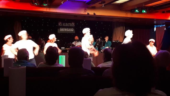 Line Dance beim Gäste-Cabaret. Auch das gehört zum Leben an Bord.