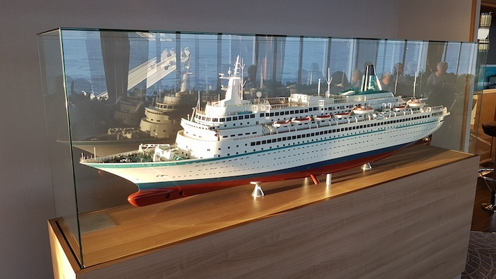 Modell der MS Albatros in der Karibik Lounge des Schiffs