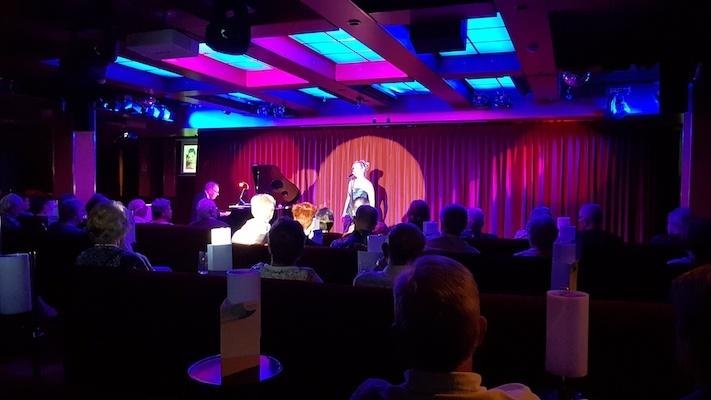 Anne Becker bei ihrer Soloshow auf der MS Albatros.