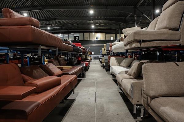 Das Lager von Revive Interior in Köln. Hier gibt es jede Menge gebrauchte Designermöbel.