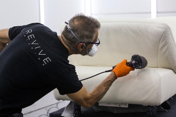 Die gebrauchten Designermöbel werden von Hand professionell aufbereitet.