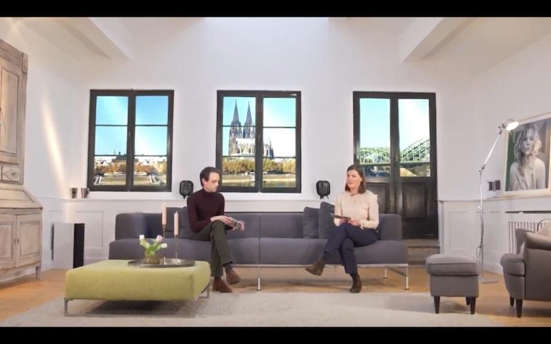 Matthias Pollmann und Claire Steinbrück beim Trend Briefing der imm cologne. Screenshot für den Blogartikel zum Pressetermin von Christine Piontek.