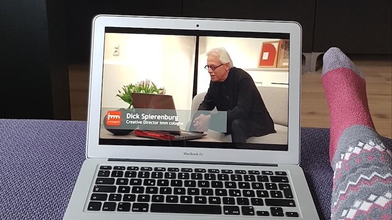 Creative Director Dick Spierenburg interviewt beim Trend Briefing der imm cologne verschiedene Designer per Video.